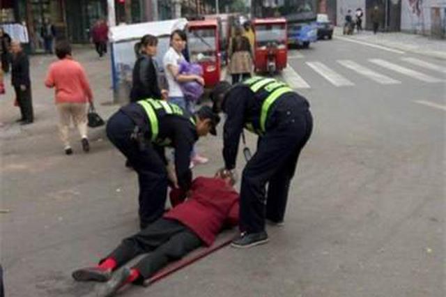老人遭遇车祸无人敢扶 两名城管队员站了出来