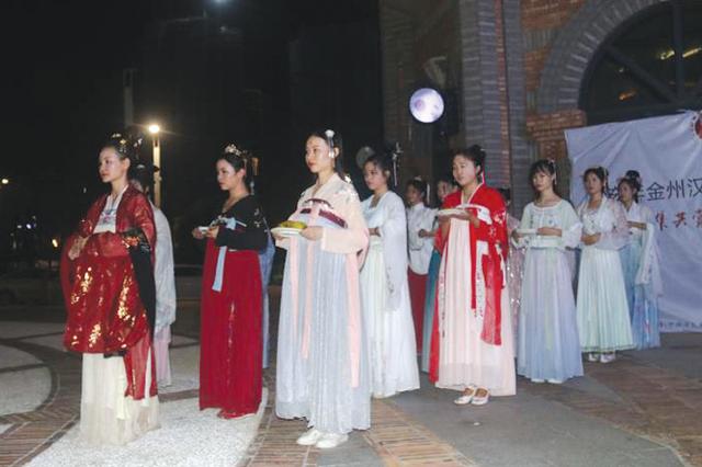 """黔西南州汉服爱好者举行""""拜月仪式"""""""