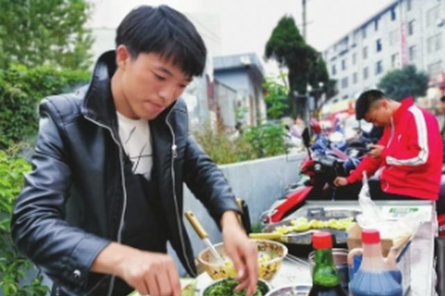 学业已完成,实习没开始 大四学生卖起油炸洋芋