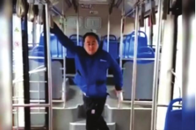"""公交司机抖音上晒""""鬼步舞"""""""