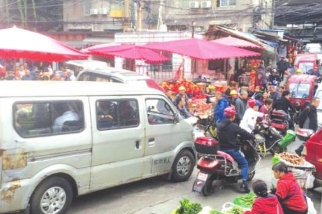 流动商贩摊乱摆,小区车辆乱停放,消防通道长期堵塞 银佳花园