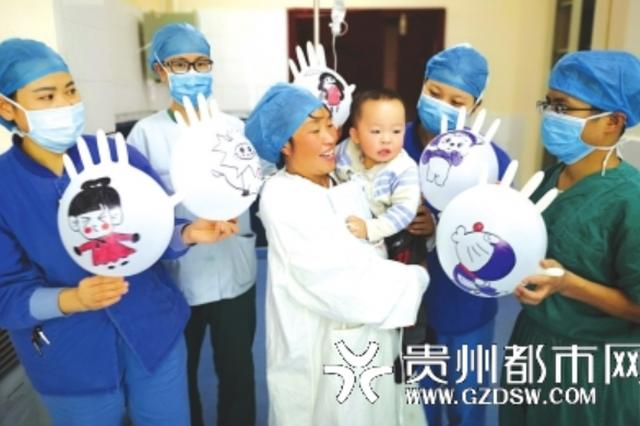 """为安抚小朋友做手术,护士们也挺拼的 无菌手套秒变开心""""玩具"""