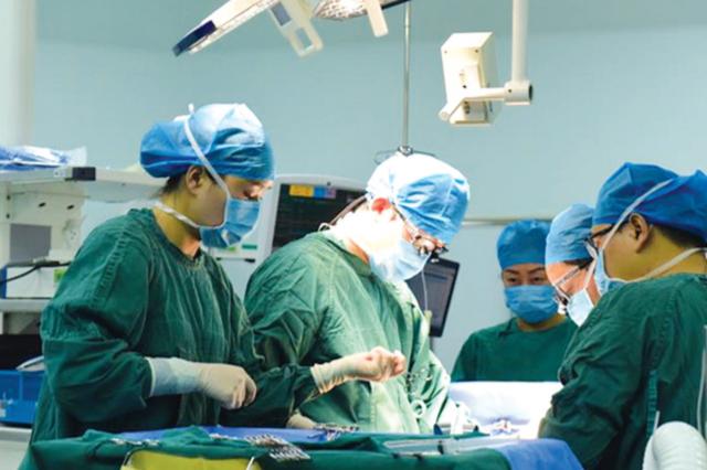 经过6小时42分钟手术 移植获得成功 凡凡乖 你用上了爸爸的肝