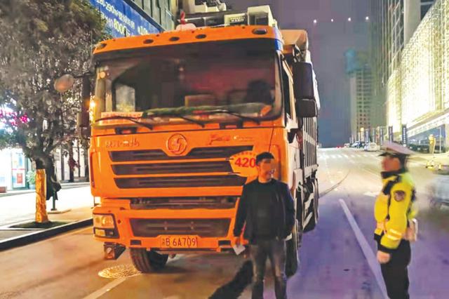 两渣土车超载300%上路被交警查获
