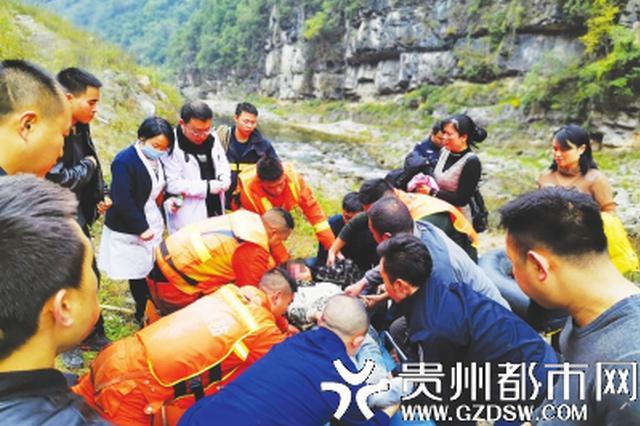 受困女子被消防队员成功救出。