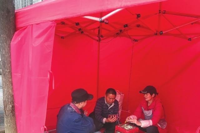 普陀社区连续7年为外来务工人员设置取暖棚