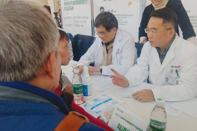 贵医附院举行中国老年皮肤病义诊公益活动