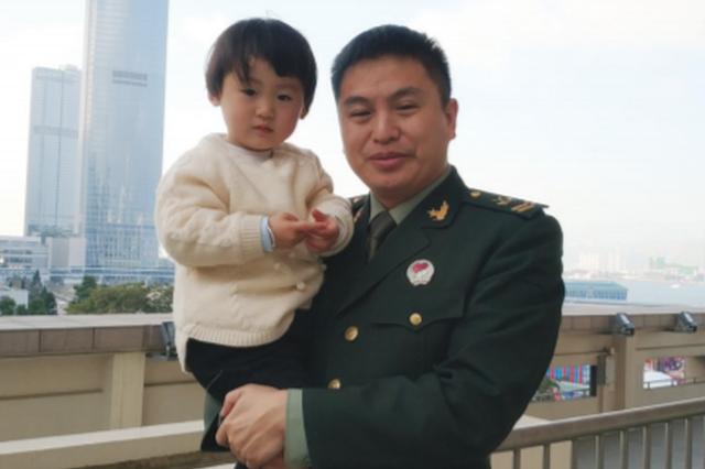 驻港部队老班长退伍回遵义 5岁女儿与父亲重逢的视频感动无数网友
