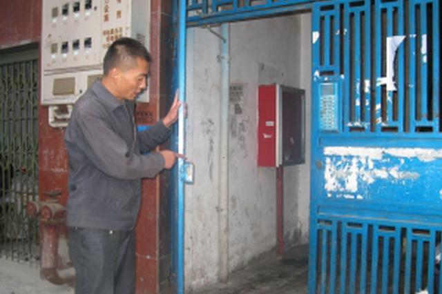 省府社区:维修老旧小区防盗门