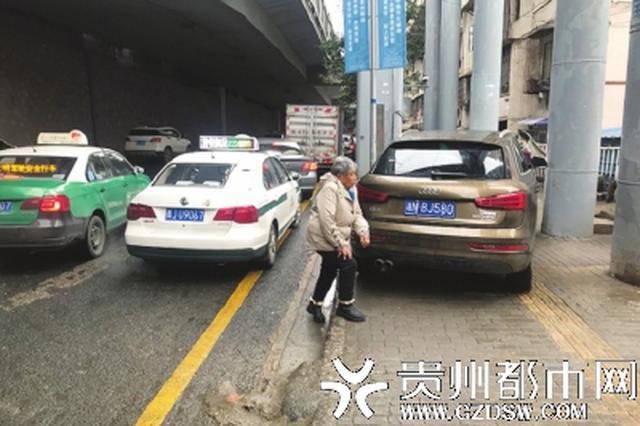 北京西路口人行道 又成了私家车停车场