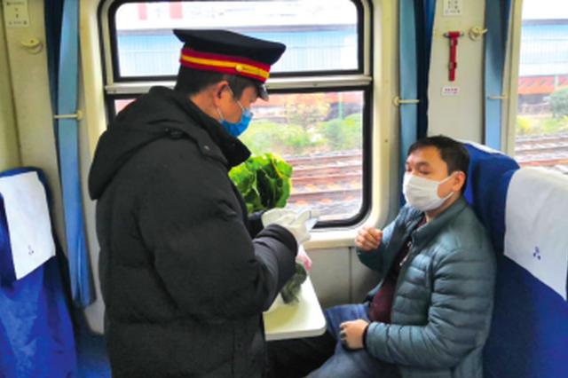 """""""慢火车""""列车长助村民卖菜"""