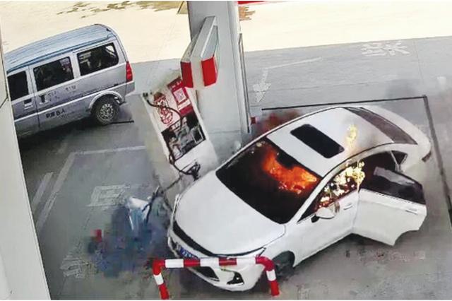 起火轿车冲进加油站 接连撞倒立柱和加油机