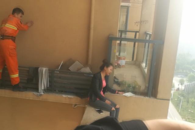 消防破门入室救下轻生女孩
