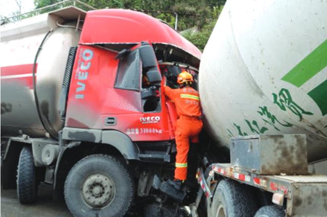 两罐车相撞 两司机被困 消防队员找来两台大吊车相助成功施救