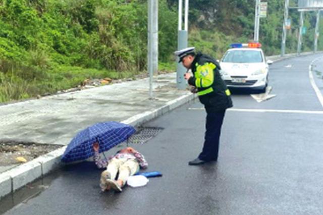 醉汉睡在马路边 幸亏交警发现将其安全送回家