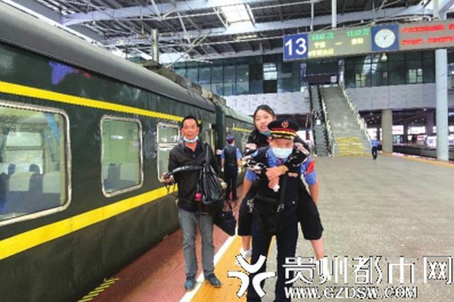 女子站台上行走困难 列车员将她背上列车