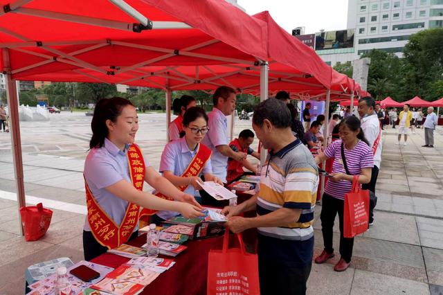 守住钱袋子,护好幸福家 --邮储银行黔东南州分行积极开展防范非法集资宣传活动