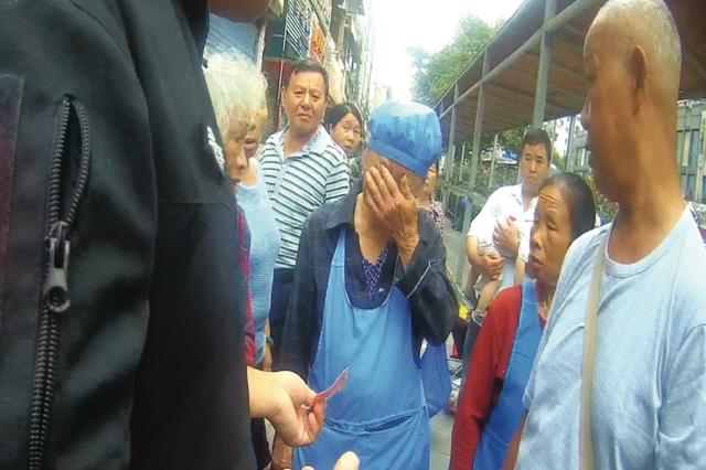 七旬卖菜老人收到百元假钞,伤心得哭了…… 热心汉子 递上百