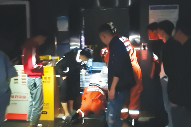 KTV停电致三人被困电梯 消防5分钟救出被困者