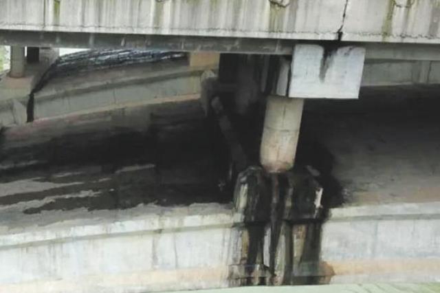 凯里玻璃厂大桥出现裂缝? 相关部门现场勘查:系雨水印迹