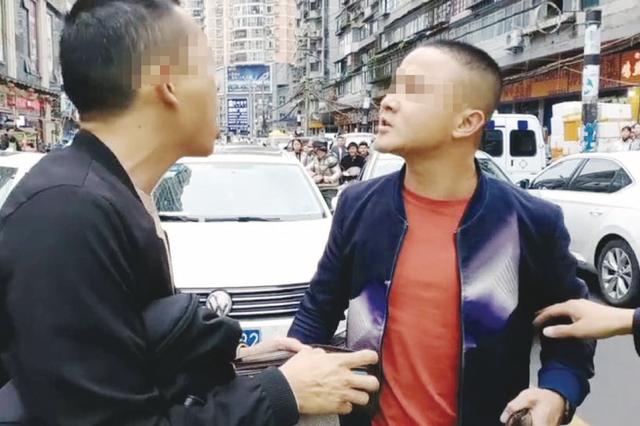 """""""不要指去指来嘞,有本事就打""""""""路怒""""司机当街对骂,交警"""
