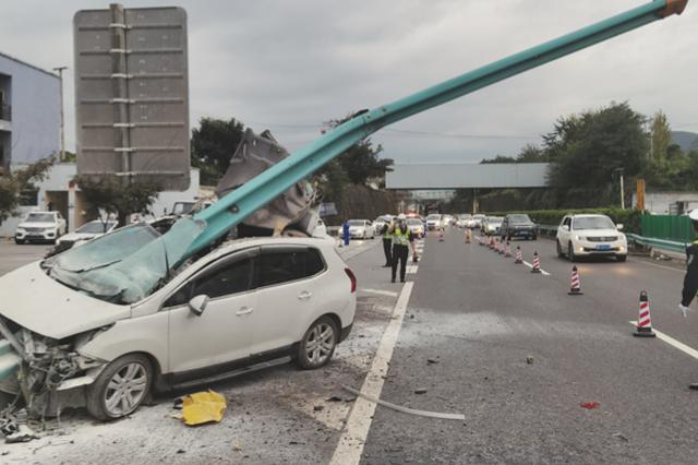 高速路轿车撞上护栏 10米护栏从车头刺穿车身