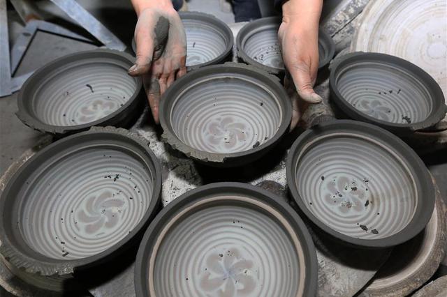 贵州织金变漂亮:巧手制陶 点泥成金