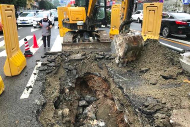 长江路塌陷路面施工围挡已撤,车辆可以驶过