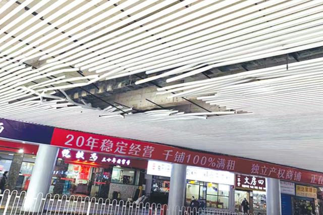 万东农贸市场前 高架桥吊顶有个大窟窿