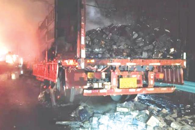 货车在高速路上自燃 6万多元的蓄电池没了