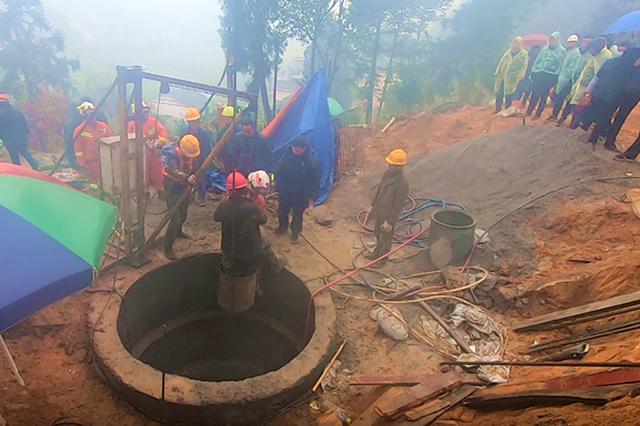 遵义仁怀一工地桥桩发生坍塌 两名工人被困22米深井