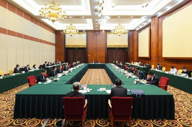 李炳军与亚布力中国企业家论坛嘉宾座谈共商合作事宜