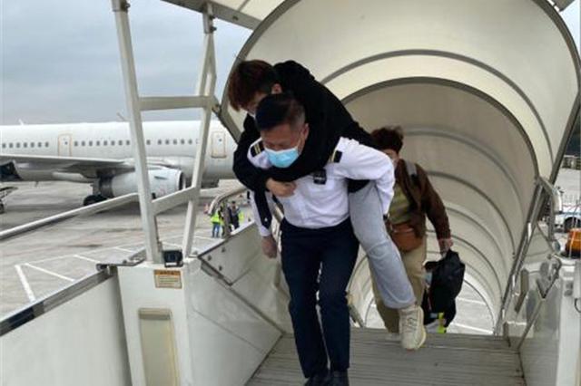点赞!旅客术后无法走动,南航这名安保组长背其登机