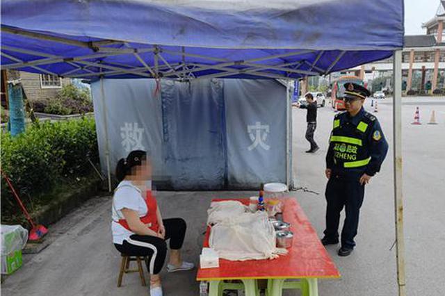 贵州凯里:五一假期,商贩竟在收费站出口摆摊