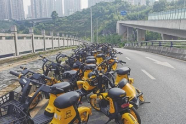 贵阳市滨河路 共享电动车霸占一条车道