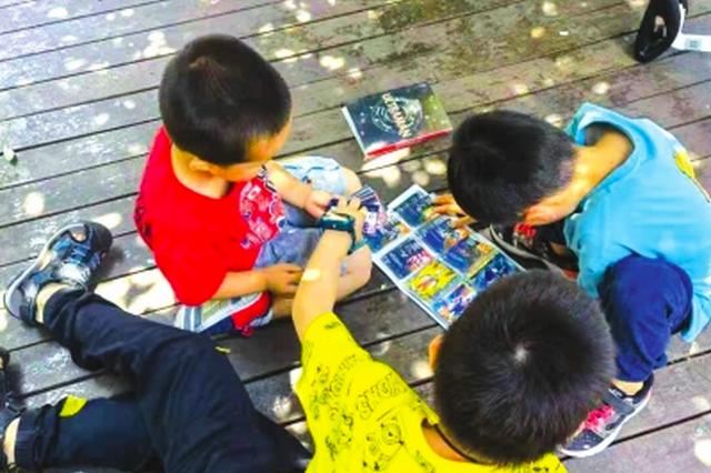 中小学生中,流行收集动漫卡