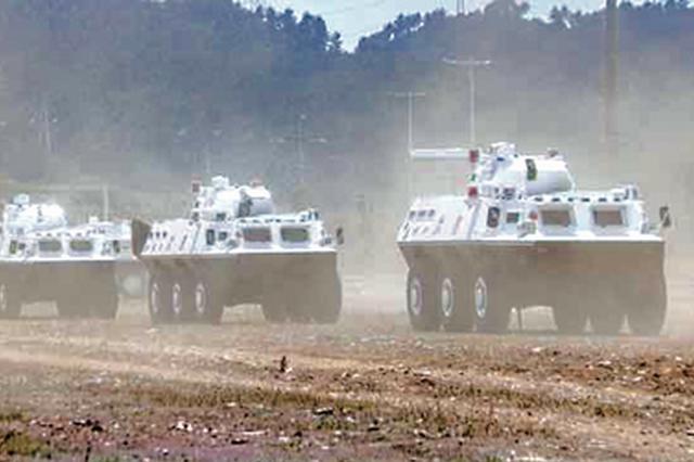 武警贵州总队装甲车驾驶训练