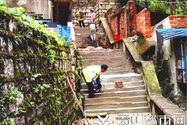 旭东社区居委会 修补年久失修老路