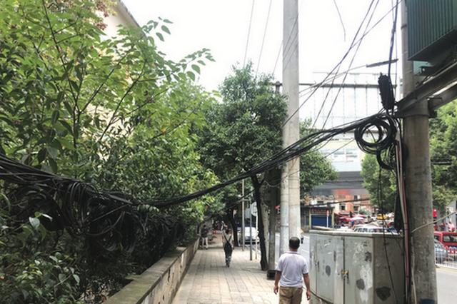 贵阳富源北路人行道线缆下垂