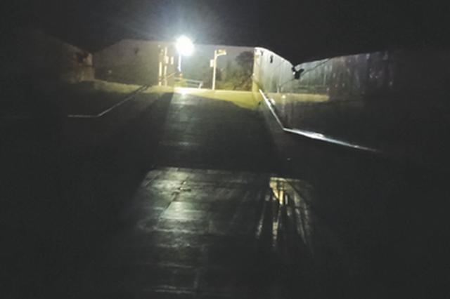 遵义迎宾大道 两处地下通道黑灯瞎火
