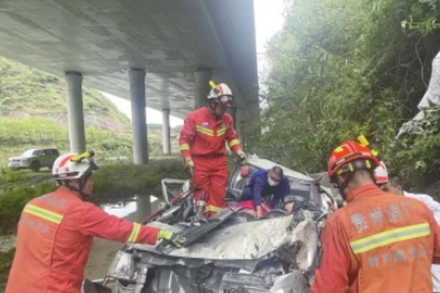 """车祸现场,救援消防员反复呼喊被困者 """"坚持住,不要睡着啊"""""""