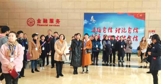 参观省政府政务服务中心。