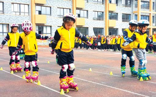 南明实验二小学生表演滑轮。