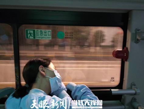 下班后,队员在交通车上睡着了