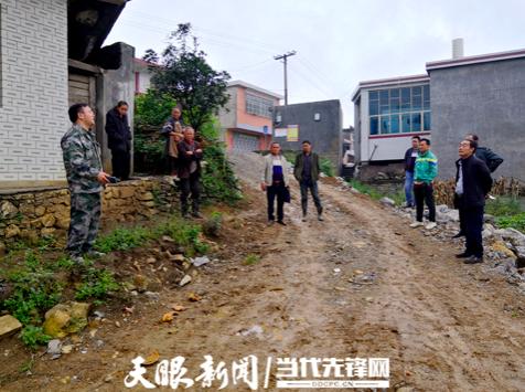 2018年李秀松到村里协调修路
