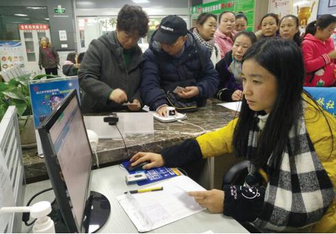工作人员正在办理认证业务。