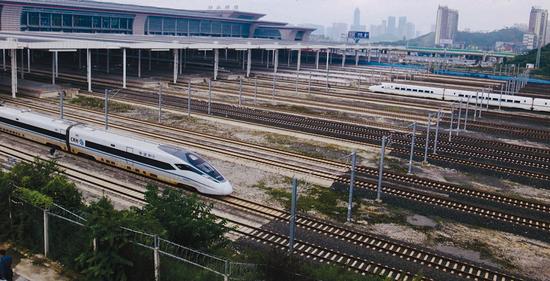 经由越来越长的铁轨,感受整个中国乃至世界,涌向贵州。