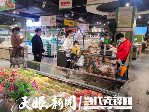 3月21日,贵阳市民在星力百货会展城店经过扫描贵州健康110二维码和测量体温后,进入商场选购商品。贵州日报当代融媒体记者 旷光彪 摄