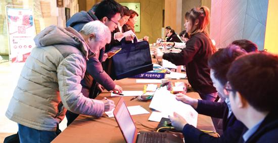 省政协十二届三次会议报到现场。