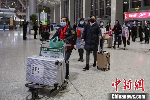 贵州第四批支援湖北的337人医疗队出发前往鄂州 瞿宏伦 摄